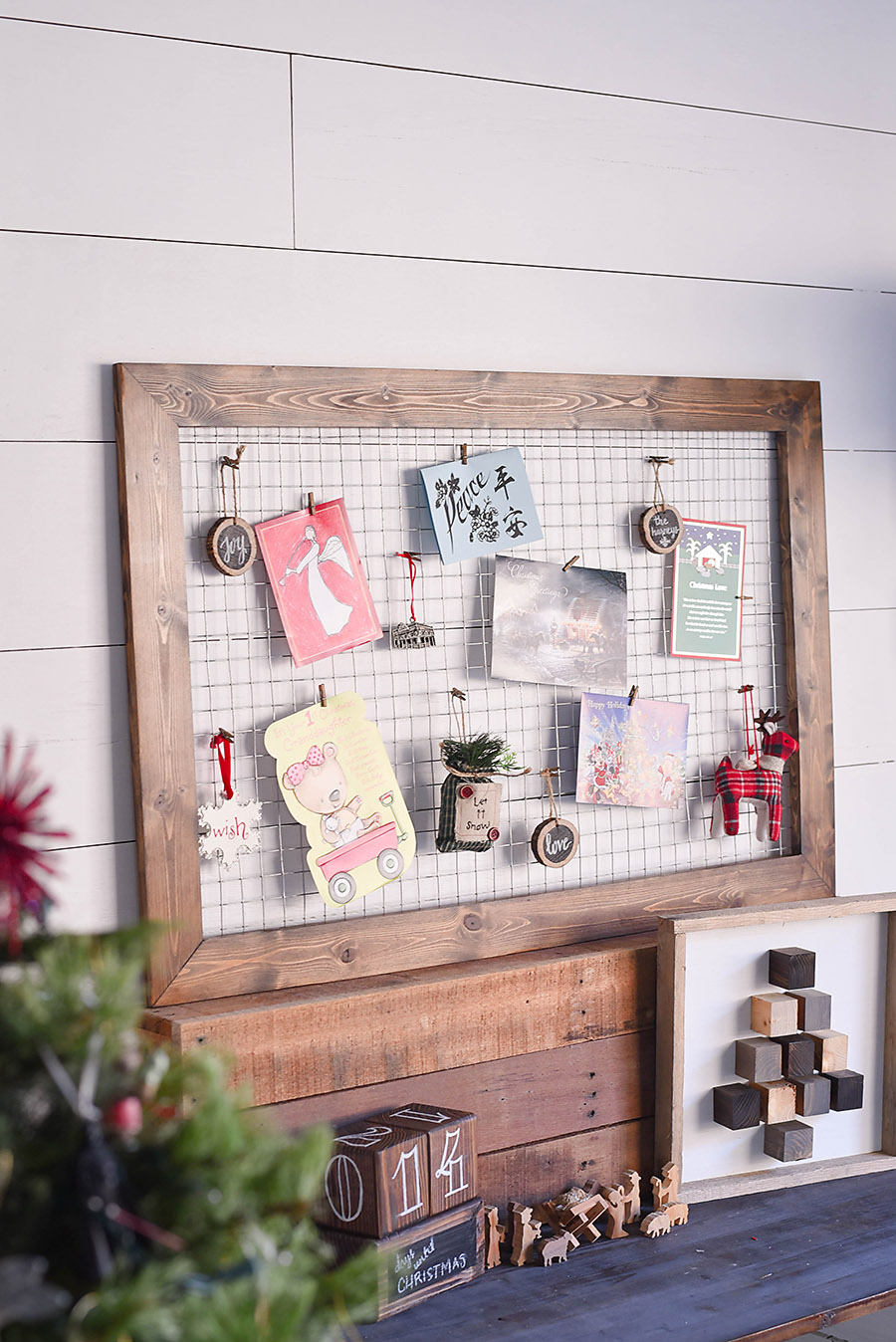 Merveilleux DIY Rustic Farmhouse Christmas Card Display | Our Handcrafted Life ...